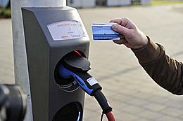 Электромобили можно будет заряжать от фонарных столбов
